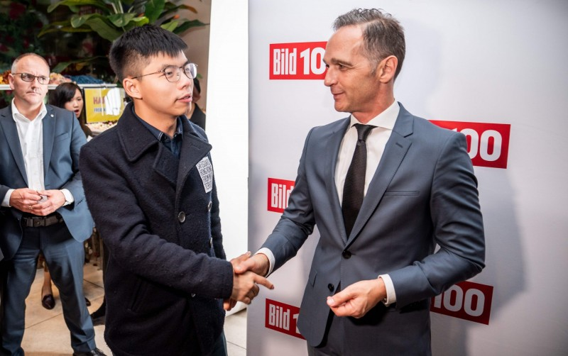 香港眾志秘書長黃之鋒(左)與德國外長馬斯(右)在柏林會面,氣壞中國。(法新社)
