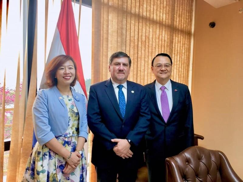 友邦巴拉圭參議長亞諾(中)邀請台灣參加國際國會聯盟(IPU)的會議,在中國代表團施壓下,承諾會與台同進退。左為立委林靜儀、右為我國駐巴拉圭大使周麟。(擷取自「林靜儀 醫師.立法委員」臉書)