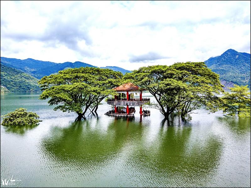大埔鄉曾文水庫湖濱公園六角亭沒入水中美景。(攝影玩家李品辰提供)