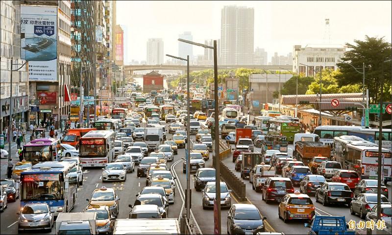 中秋節連假開始,昨天傍晚台北車站附近交通顯得更加繁忙。(記者方賓照攝)