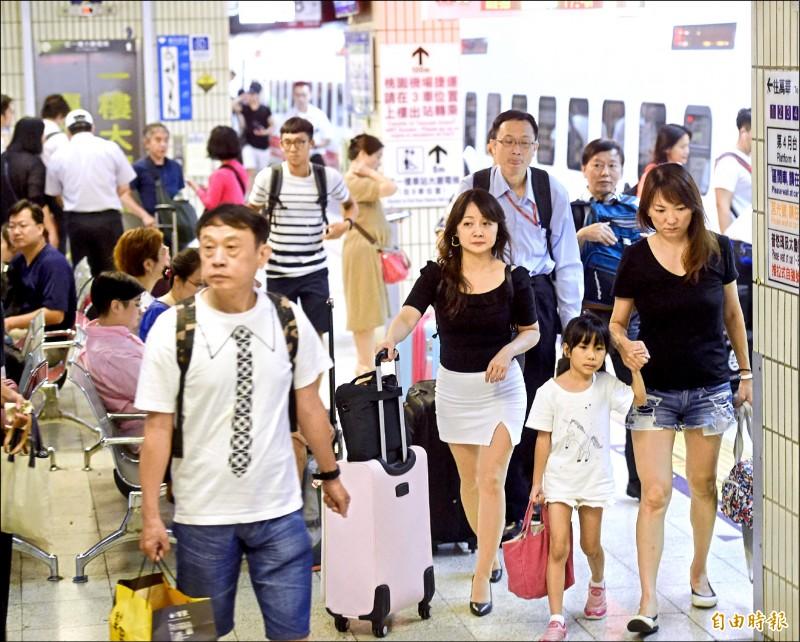 中秋節連假開始,台北車站昨天傍晚開始出現返鄉人潮。(記者方賓照攝)