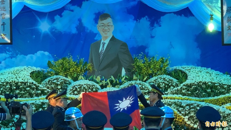 薛定岳殉職,今天舉行公祭,靈柩覆蓋國旗。(記者湯世名攝)