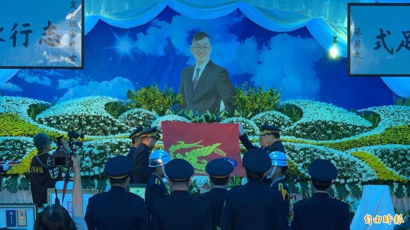殉職警員薛定岳靈柩覆蓋警旗。(記者湯世名攝)