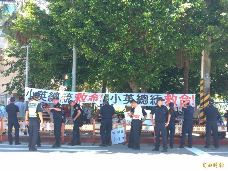 社子島自救會與居民高掛布條,向蔡英文總統表達抗議與訴求。(記者蔡亞樺攝)