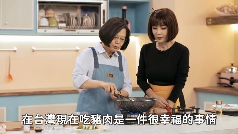 蔡英文在「美鳳有約」電視節目中下廚。(圖擷取自蔡英文臉書)