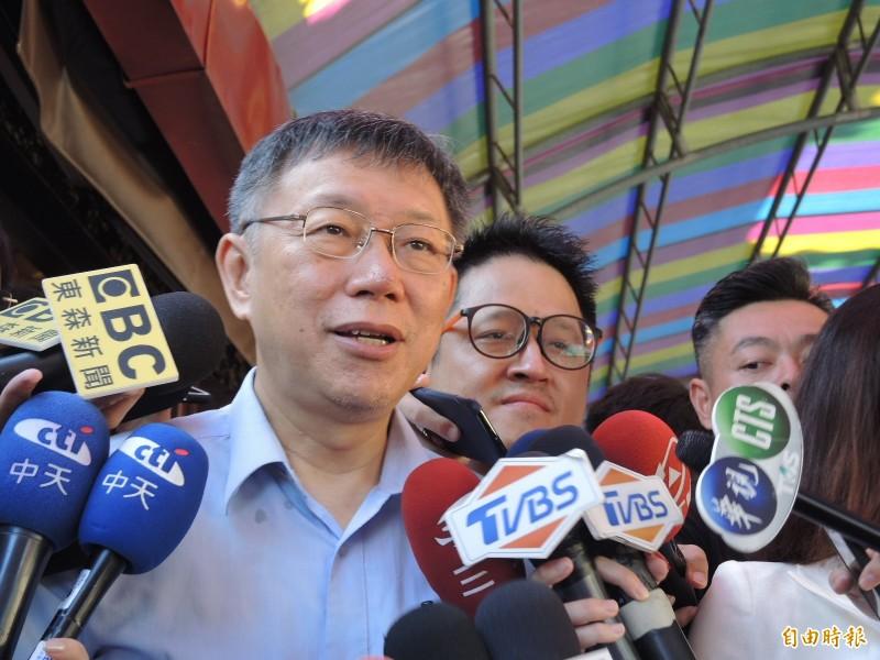 柯P被問到郭董為何退黨,他指有人視個人利益大於政黨利益。(記者翁聿煌攝)