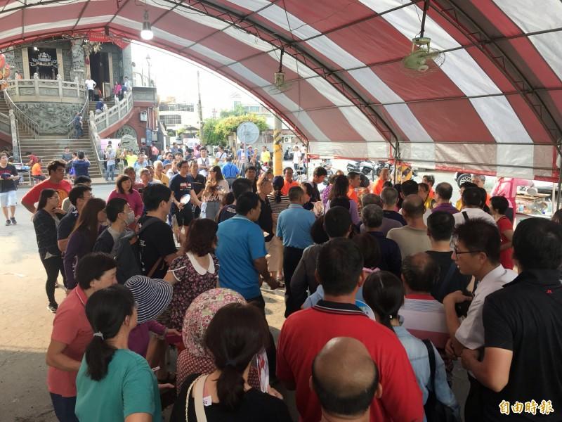 大批信眾湧入順澤宮參拜。(記者顏宏駿攝)