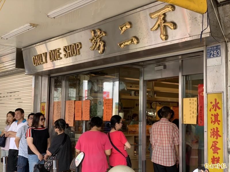 30天蛋黃酥之亂終於在今天中秋節落幕,1800元代購價驟降近半,店門口僅剩少數人排隊。(記者湯世名攝)