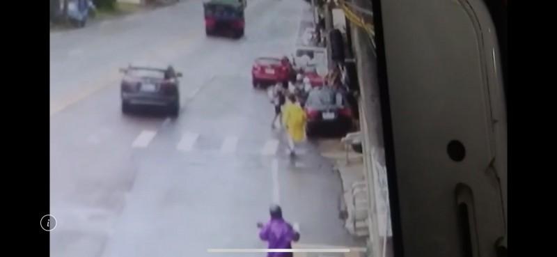 埋伏二槍手衝出騎樓行兇。(記者許倬勛翻攝)