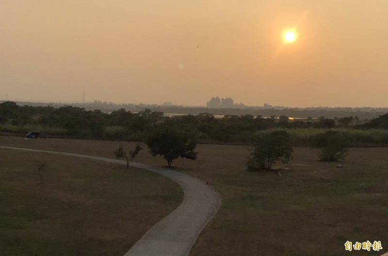 美麗的屏東河濱公園是今年國慶煙火施放點,高屏溪兩岸都能欣賞。(記者羅欣貞攝)