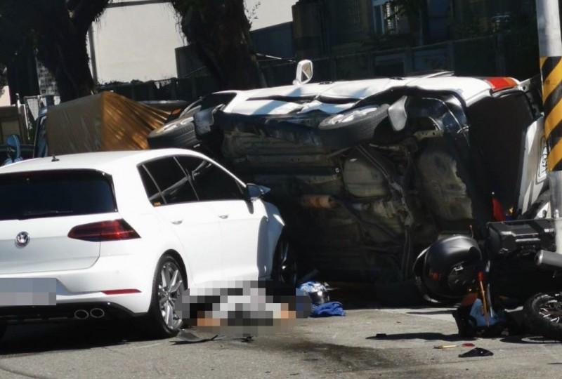 高男駕駛的白色轎車失控鏟起白色休旅車。(記者劉慶侯翻攝)