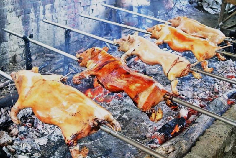 中秋連假,大坑休閒農場的碳烤迷你豬熱賣。(記者吳俊鋒翻攝)