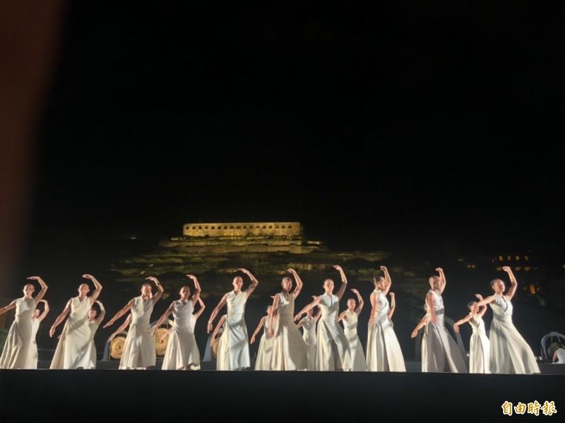 新北市點亮十三層遺址公共藝術,今天晚上7點在瑞芳登場,知名海內外優人神鼓演出。(記者俞肇福攝)