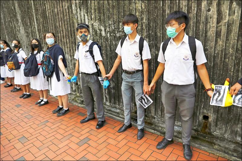 香港中學生近來紛紛參與築「人鏈」行動,十二日在屯門和將軍澳,多所當地中學的學生與校友、居民響應。(路透)