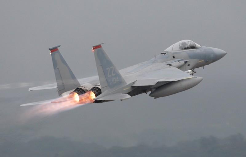 英國跳傘運動員差點與美軍F-15戰鬥機相撞,當局如今釋出調查報告。美空軍F-15示意圖。(路透)
