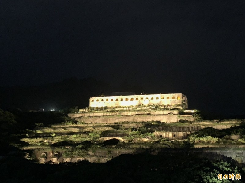 台電於中秋夜舉辦「點亮十三層遺址」點燈儀式,現場湧入上萬民眾參與。(記者林菁樺攝)