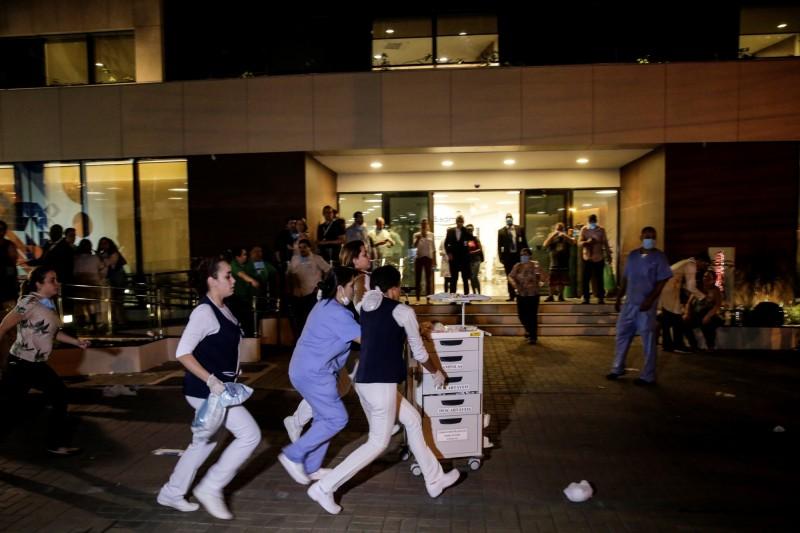 巴西里約熱內盧一間醫院今天傍晚發生火災,消防人員指出,醫護人員在現場搶救。(美聯社)