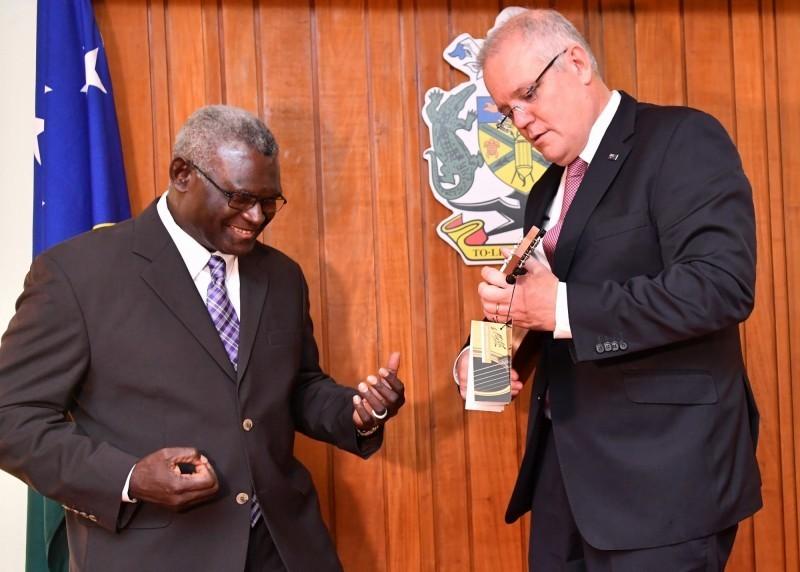 索羅門群島總理蘇嘉瓦瑞(左)、澳洲總理莫里森(右)。(歐新社)