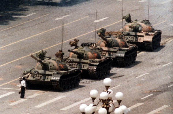 柯爾曾是美國《新聞週刊》的攝影師,透過鏡頭捕捉了無數知名新聞畫面,其中就包括六四天安門血腥鎮壓中的「坦克人」。(美聯社)