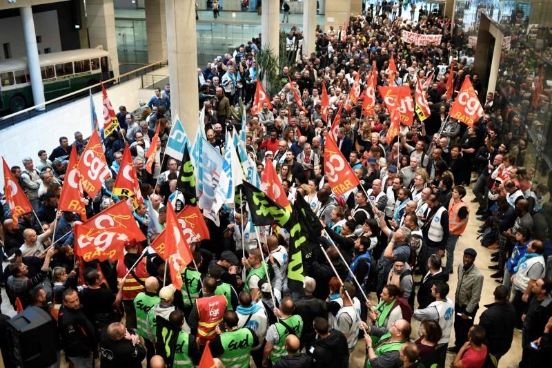 巴黎大眾運輸公司員工組成的法國總工會今日發起罷工集會,要求制定更完善的退休與年金制度。(法新社)
