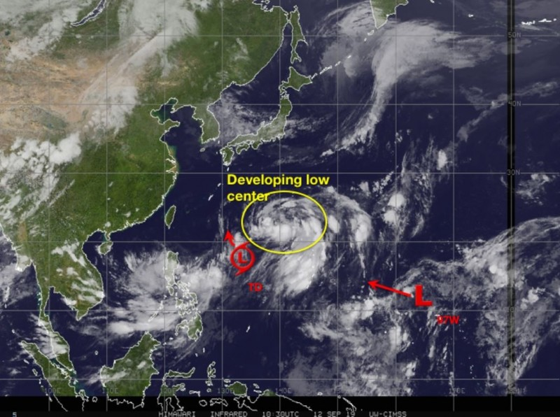 美國氣象專家貼圖指出,除現有的熱帶性低氣壓,尚有97w熱低與1個發展中的熱帶系統同時存在於西太平洋。(圖擷取自Jason Nicholls推特)