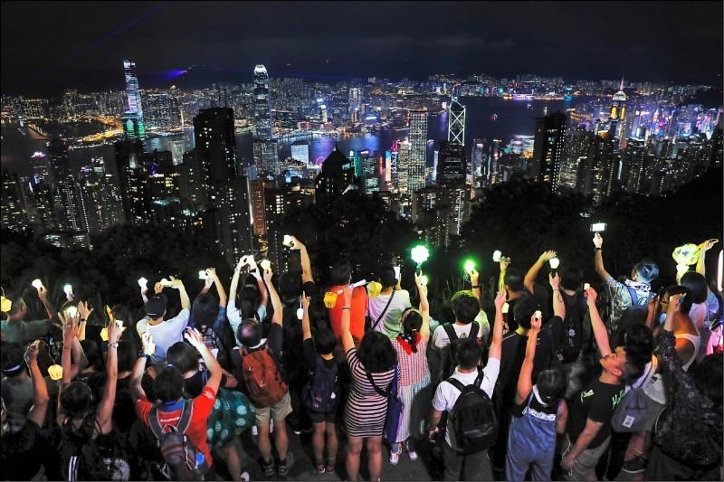 許多香港市民在中秋夜仍響應築人鏈行動,向政府表達訴求。(美聯社)