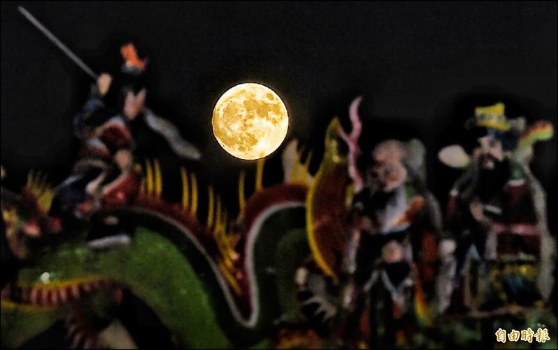 北市天文館表示,今年月圓在中秋節隔天,不僅是今年最小滿月,也是1993年9月30日以來,最小的中秋月。(記者簡榮豐攝)