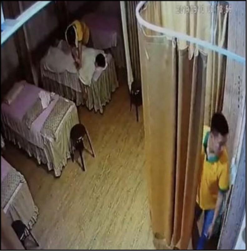 色狼按摩師(右下)色膽包天,不顧女大生男友(左上)就在布簾旁邊,仍強行性侵女大生。 (記者劉慶侯翻攝)