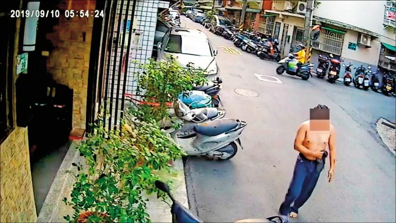 遭砍林男上半身赤裸、摀肚跑出馬路。(記者邱俊福翻攝)