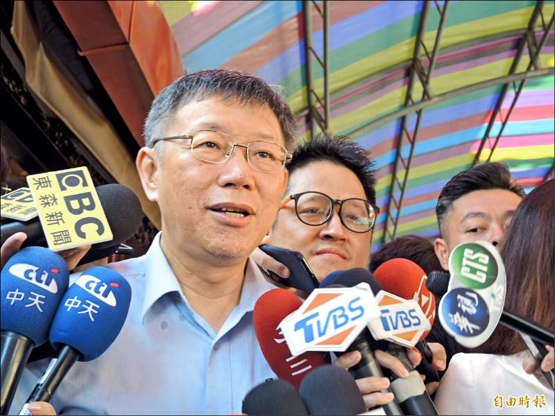 台北市長柯文哲昨受訪被問到鴻海創辦人郭台銘為何退出國民黨,指「白海豚」視個人利益大於政黨利益。(記者翁聿煌攝)