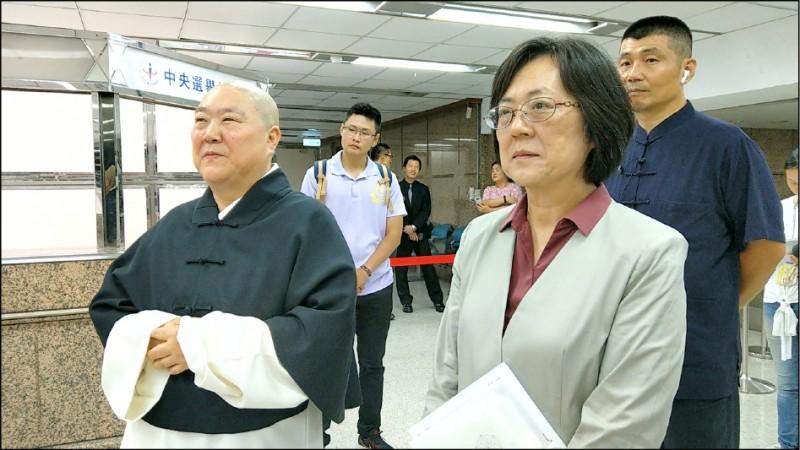 釋悟善禪師(左)有意參與明年總統大選,昨赴中選會領表登記連署。(釋悟善禪師提供)