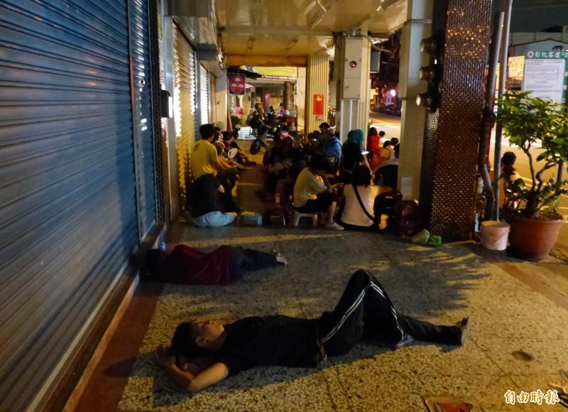 彰化市不二坊蛋黃酥之亂,民眾漏夜排隊購買,製造垃圾、噪音等問題,被稱大亂30天。(記者湯世名攝)