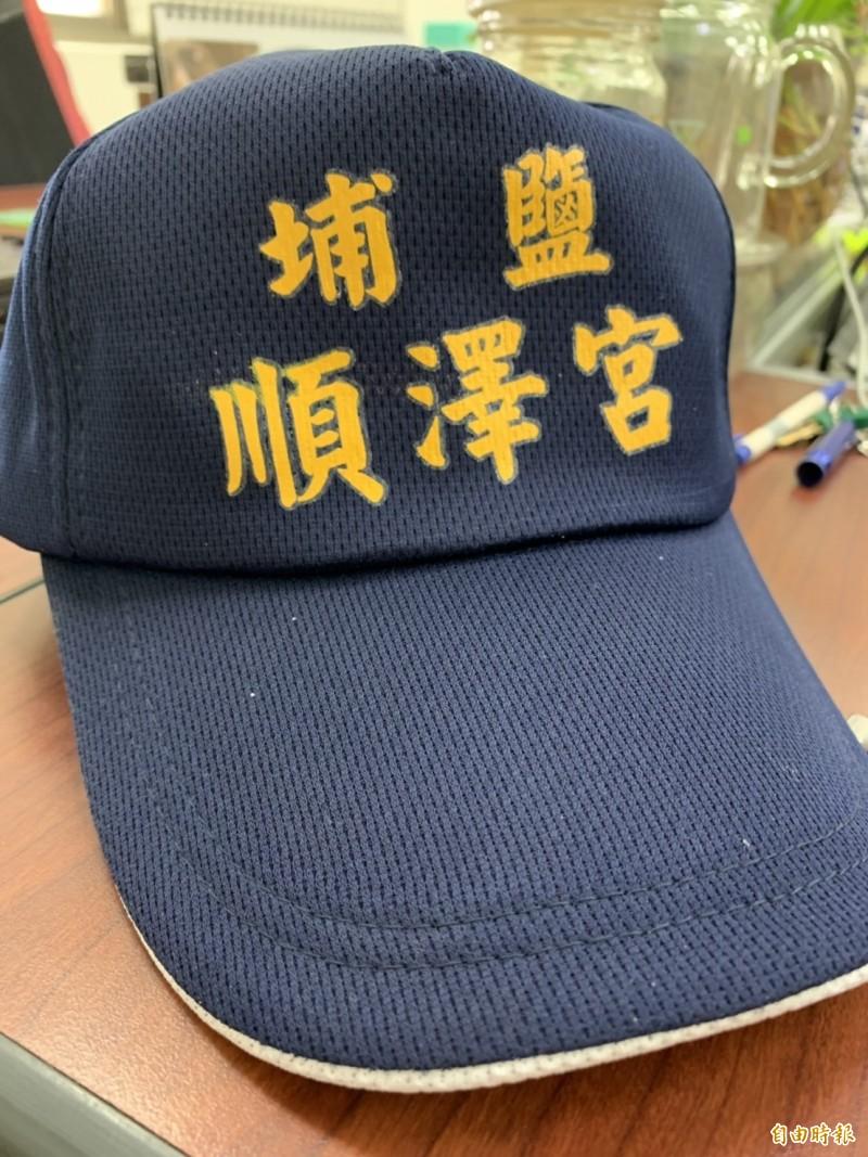 近來全台最夯的埔鹽鄉順澤宮神帽,吸引爆滿民眾漏夜排隊領取,成為另一項奇觀。(記者湯世名攝)