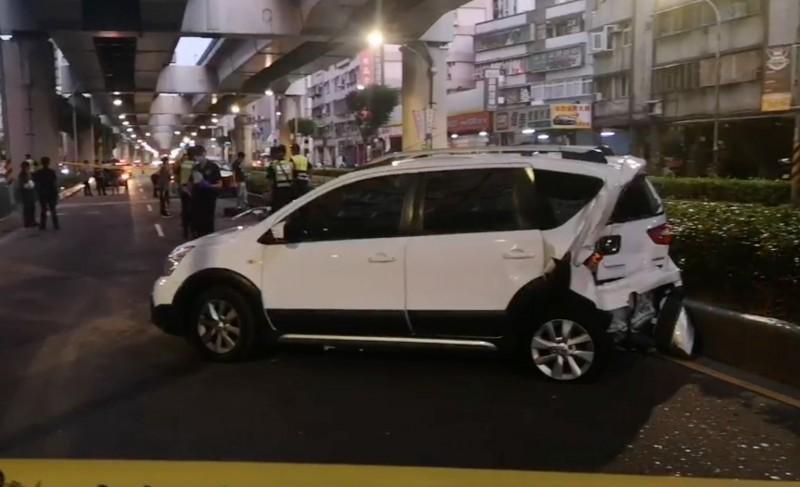 一輛白色車輛無辜遭到波及撞毀。(記者陳薏云翻攝)