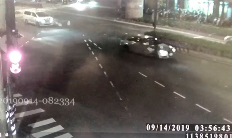 奧迪(前車)開槍後逃逸,孫男駕駛白色廂型車在後方追逐。(記者陳薏云翻攝)