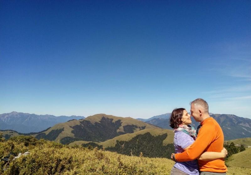 馬培德熱愛爬山,喜歡台灣的高山,與妻常爬山。(馬培德提供)