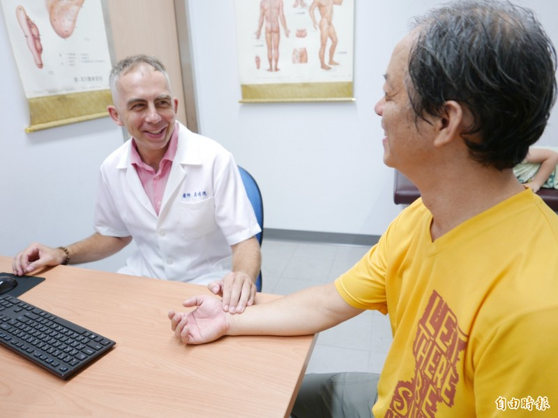 馬培德在台行醫,為病人針灸、把脈,醫術好,受病人信任。(記者蔡淑媛攝)