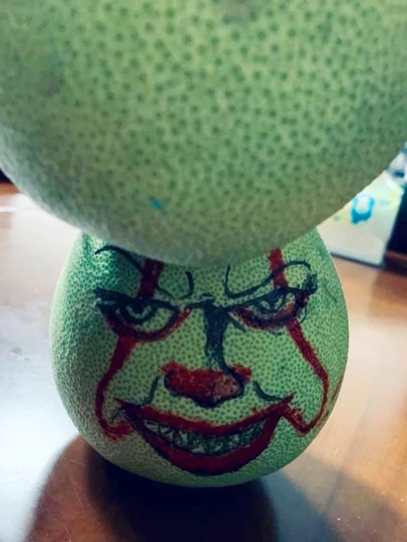 很有才的草屯警分局楊姓警員,用柚子畫了恐怖電影「IT」的小丑,提醒大家不要酒駕。(圖擷自臉書)