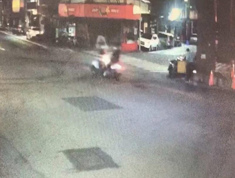 彰化市今天凌晨驚傳一起機車對撞車禍,監視器正好拍下兩車對撞瞬間。(記者湯世名翻攝)
