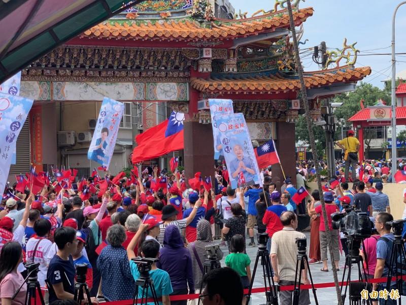 韓國瑜拜廟遲到連連,支持者苦等。(記者蔡淑媛攝)