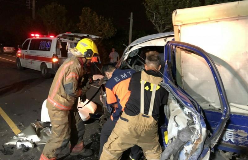 台南市道173線七股區竹橋里段,今晚發生3車連環撞事故,消防人員進行搶救。(記者楊金城翻攝)