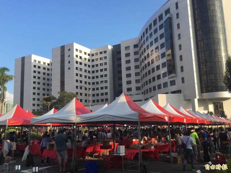 振興醫院醫療大樓前方搭起整排帳篷。(記者林惠琴攝)
