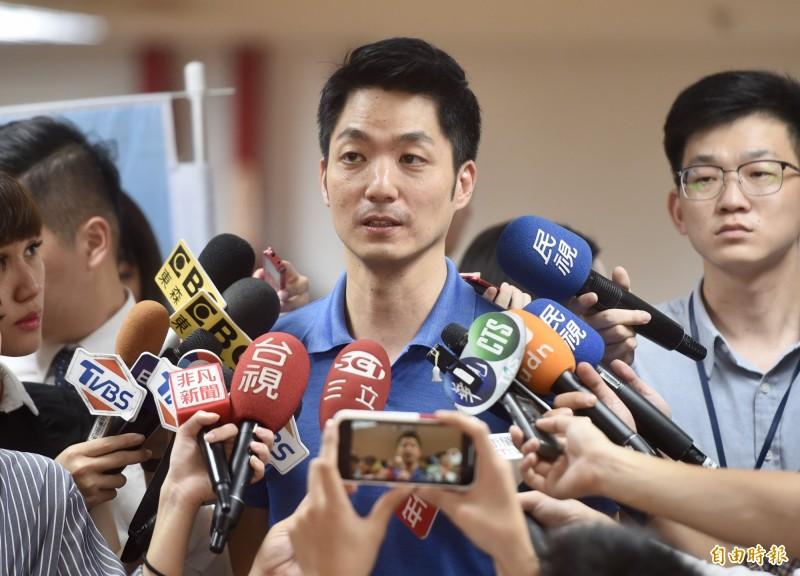 國民黨立委蔣萬安下午和朱立倫出席同場活動,受訪時表示,他樂見任何整合團結的機會,且毫無疑問挺韓到底。 (記者簡榮豐攝)