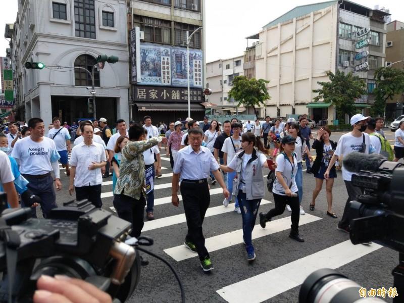 台北市長柯文哲及太太陳佩琪今早到高雄知名三鳳宮參拜後,隨即大批人馬前往附近三民市場吃麵羹,此舉引起附近攤商不滿。(記者方志賢攝)