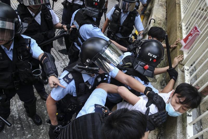 警方到場並逮捕多人。(歐新社)
