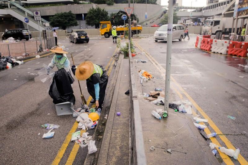 香港超過1萬名清潔工,在清理街道時吸入催淚瓦斯殘留物,致身體不適。(路透社)