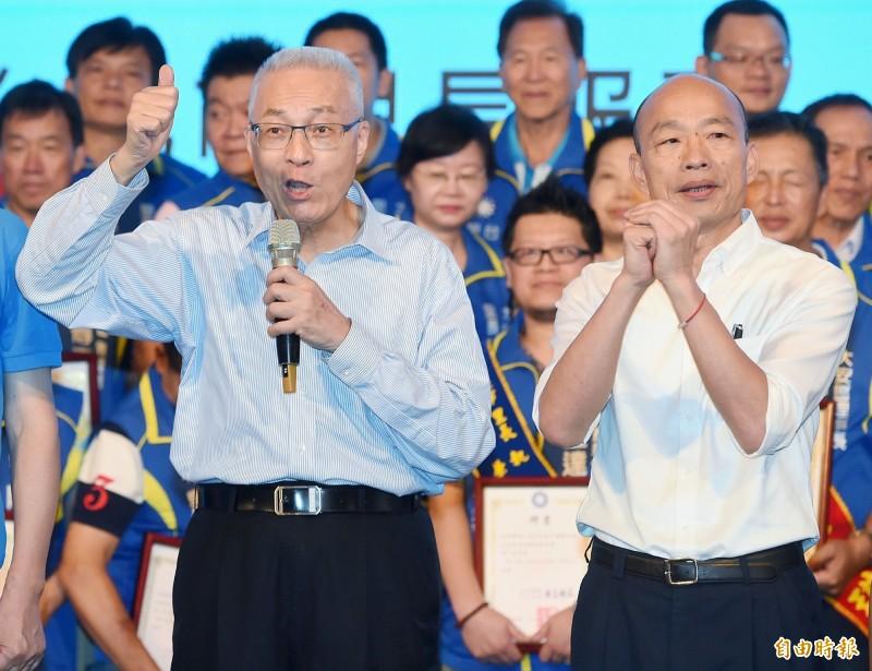 對於國民黨總統參選人韓國瑜(右)醜態百出,民進黨主席卓榮泰問國民黨主席吳敦義(左),「為什麼要台灣人民跟著他和你們走」?(資料照,記者朱沛雄攝)
