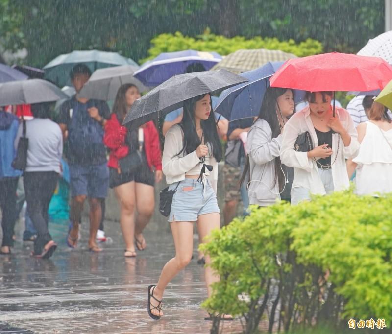 明(15)起北部、東北部天氣轉為不穩定,中南部山區留意午後雷陣雨,請民眾出門記得帶傘防範。(資料照,記者黃志源攝)