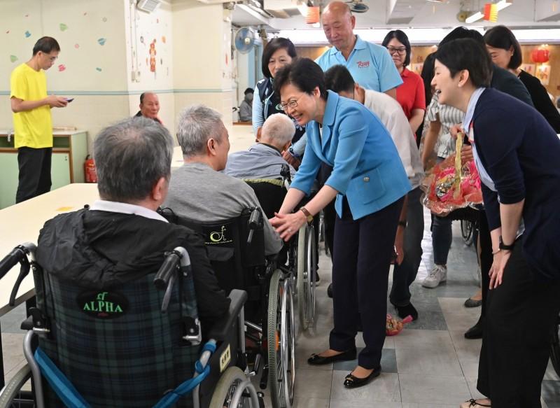 香港特首林鄭月娥於昨日中秋節期間探訪老人院,但被居民指稱僅逗留不到15分鐘。(擷取自「林鄭月娥 Carrie Lam」Facebook粉絲專頁)