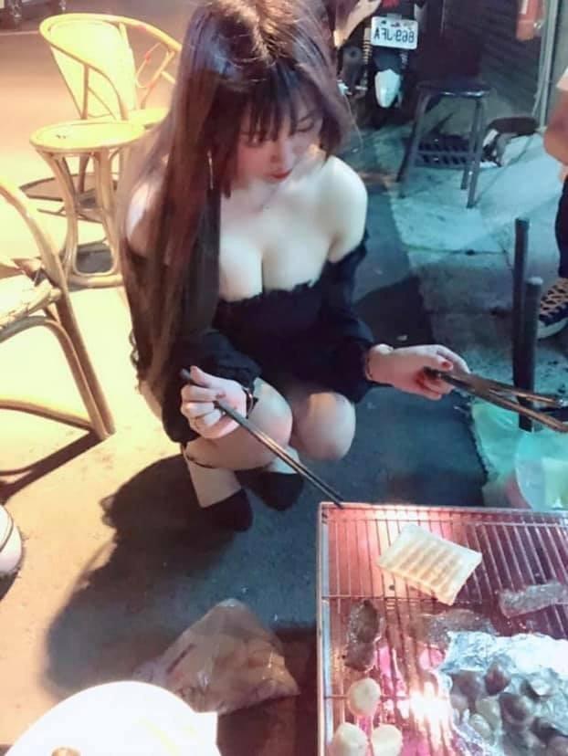 照片中的辣妹身穿黑色低胸一字領洋裝,右手拿著筷子、左手拿著夾子,正蹲在路邊專心烤著吐司,鏡頭從上往下俯拍,胸前渾圓呼之欲出。(圖擷取自臉書社團「爆廢公社二館」)